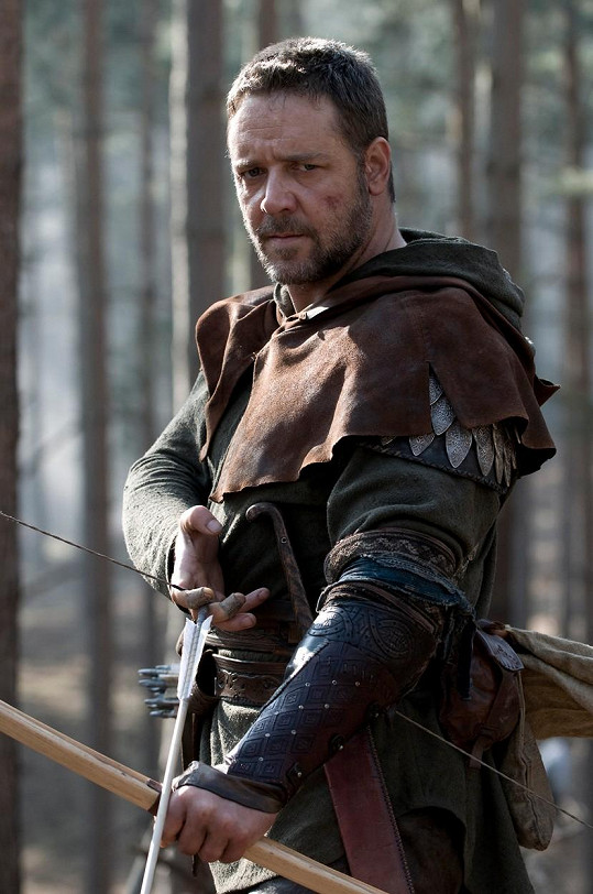 Ve 45 letech si Russell zahrál Robina Hooda.