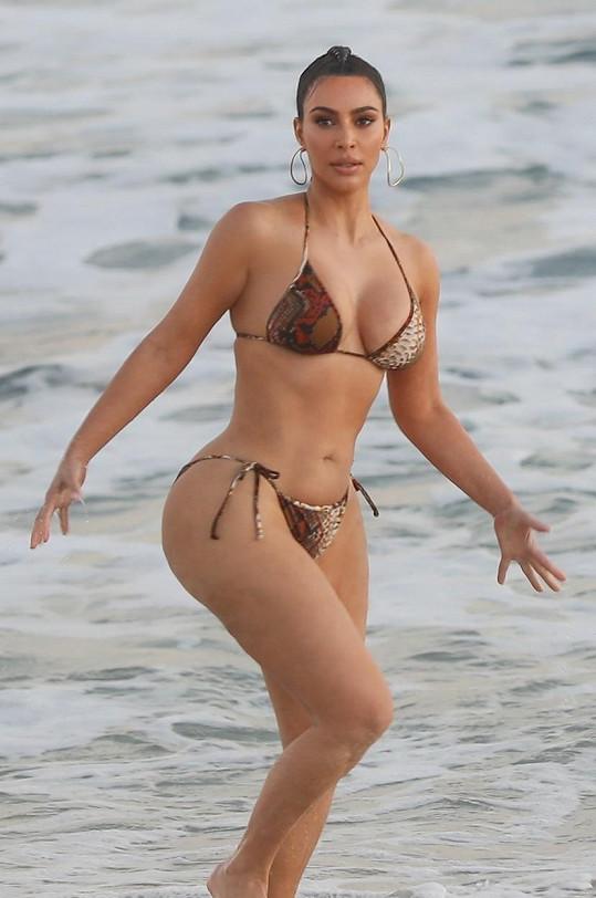 V rajcovních plavkách se nedávno fotila na pláži v Malibu.