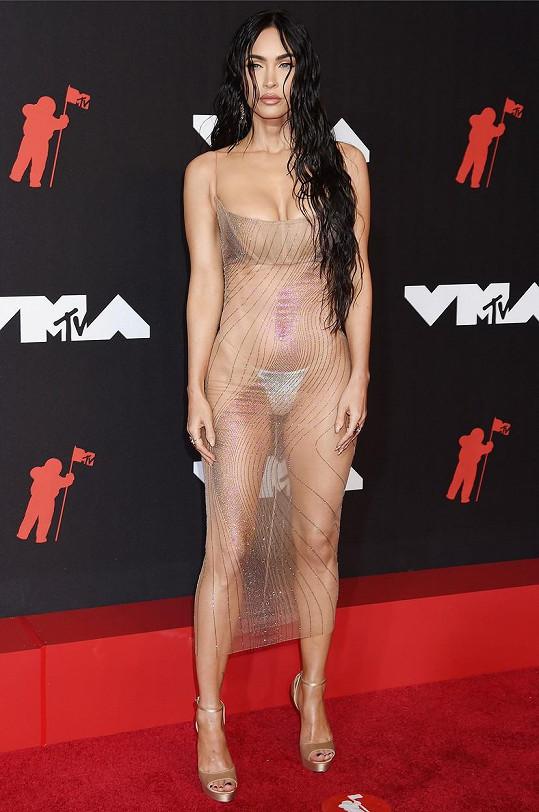 Megan Fox přišla téměř nahá. Model jí vybral přítel Machine Gun Kelly.