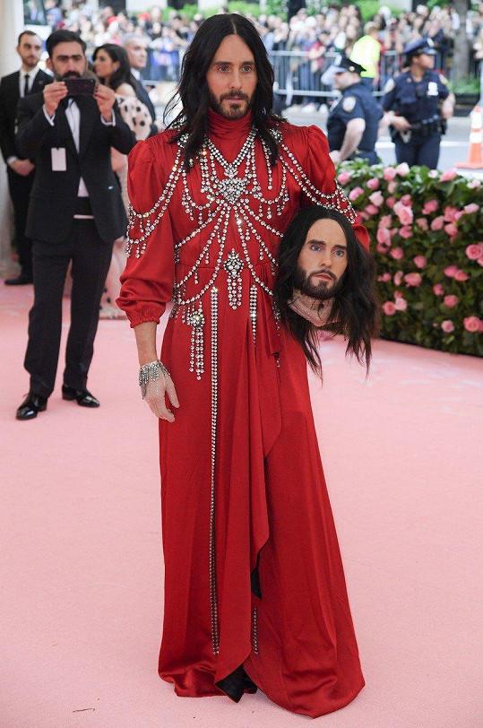Jared by byl nepřehlédnutelný už jen v červeném plášti ozdobeném krystaly.