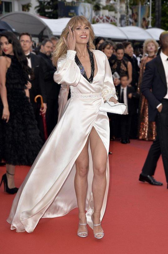 Na premiéru oblékla šaty s rozparkem až k rozkroku.