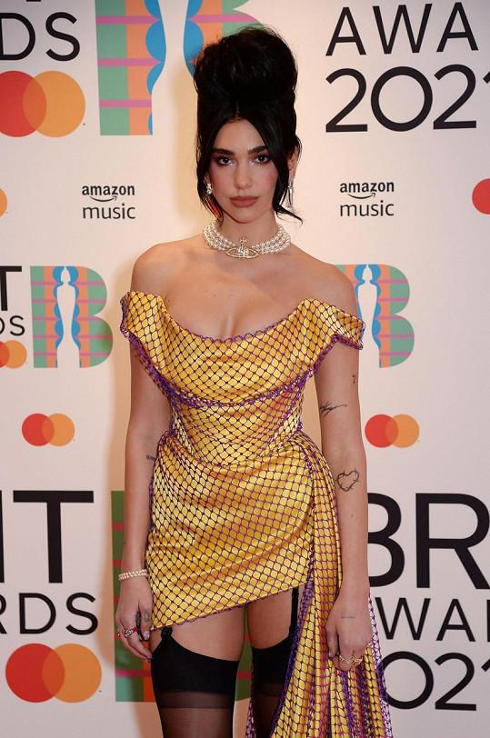 A její účes jako by se inspiroval vlasovými kreacemi Amy Winehouse.