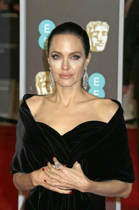 Angelina Jolie se slavným otcem několikrát přerušila kontakty.