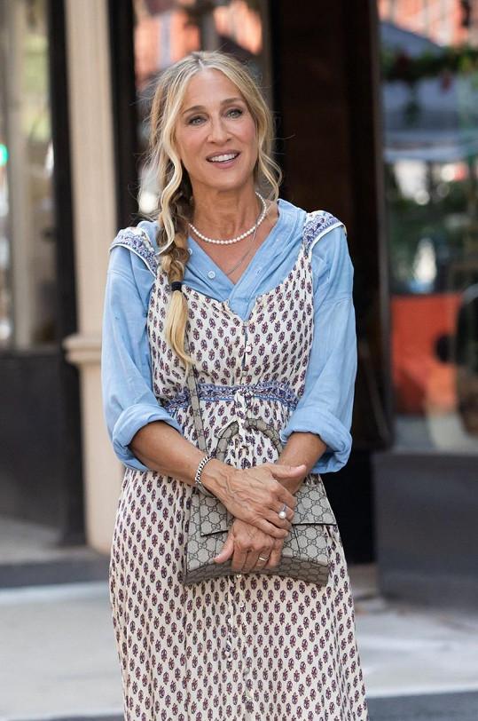 Těm se zdál model nevkusný, a hlavně se pustili do toho, že Carrie přece nenosí kousky z fast fashion.