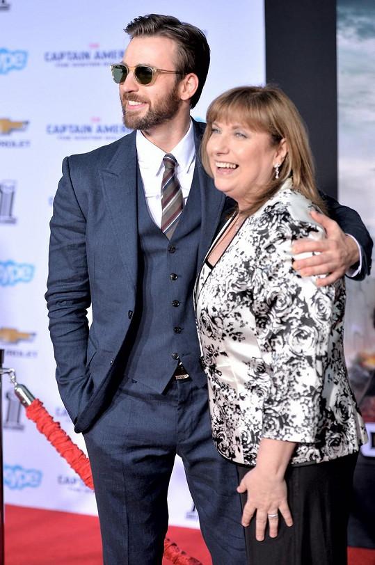 Chris s maminkou Lisou na premiéře filmu Captain America: Návrat prvního Avengera
