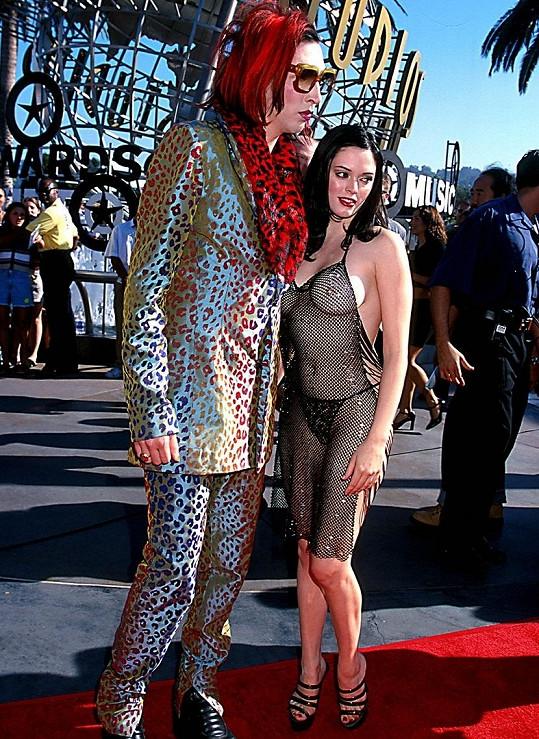 Rose v době chození s Marilynem Mansonem šokovala tímto 'společenským oděvem'.