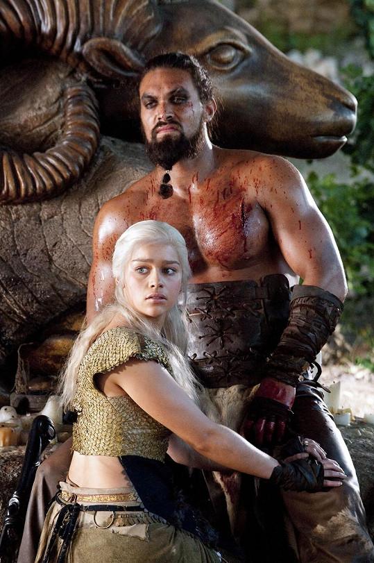 Momoa jako Khal Drogo ve Hře o trůny s Daenerys Targaryen alias Khaleesi (Emilia Clarke).