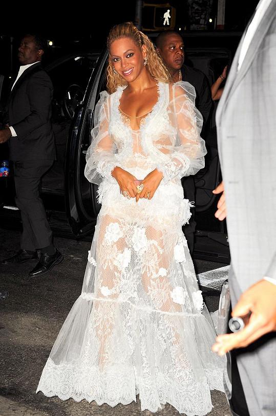 Takhle se oblékla na after párty.