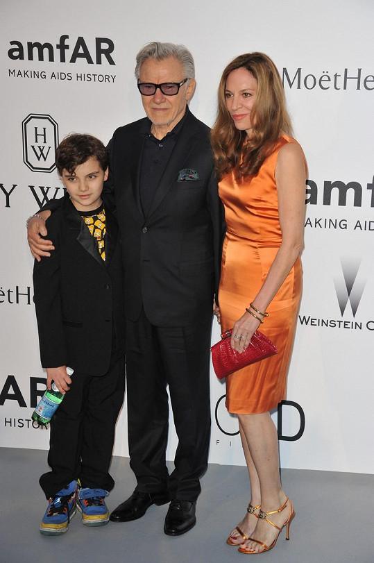 Harvey Keitel si na stará kolena založil rodinu.