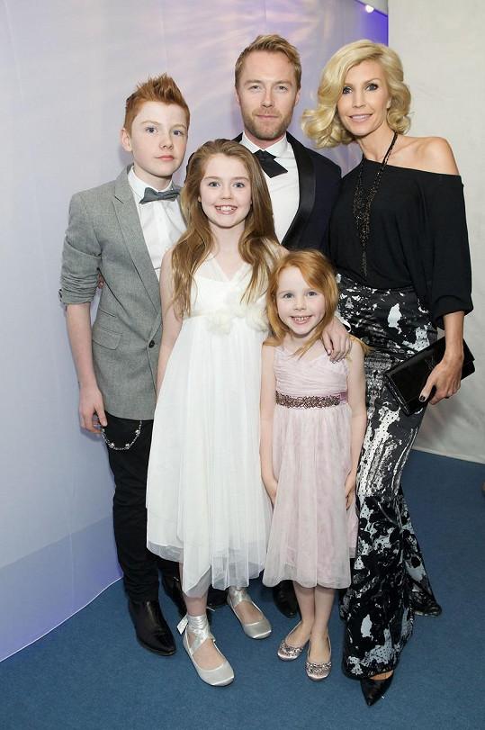 S bývalou manželkou Yvonne a jejich třemi dětmi (archivní snímek)