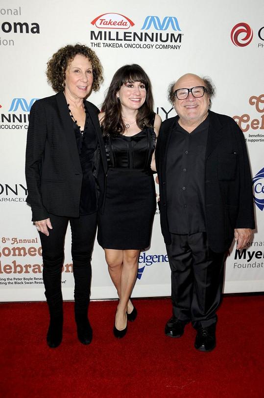 Lucy s rodiči na snímku z roku 2014