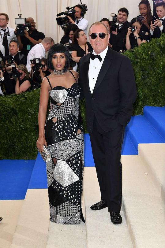 Patchworkové šaty z Michael Kors Collection, šperky stejné značky a paruka s krátkým mikádem. To byla Kerry Washington v doprovodu samotného autora.