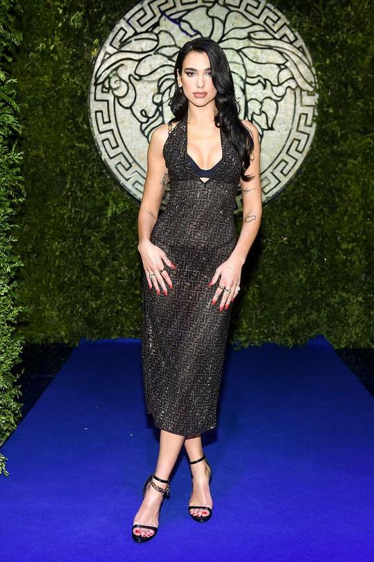 Na přehlídce samotné značky Versace byla Dua Lipa za hlavní hvězdu, na spojení s Fendi už se přišla jen podívat.