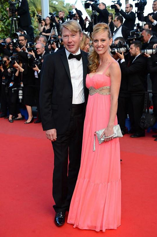 Jsme zvědaví, jaké šaty si Mikova partnerka Markéta Kromatová na ples oblékne.