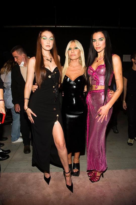 Donatella si jako hvězdy své přehlídky zvolila modelku Gigi Hadid a zpěvačku Dua Lipu.