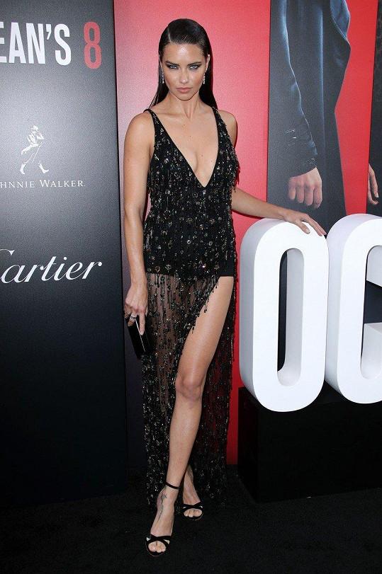 Adriana Lima na sebe strhla veškerou pozornost.