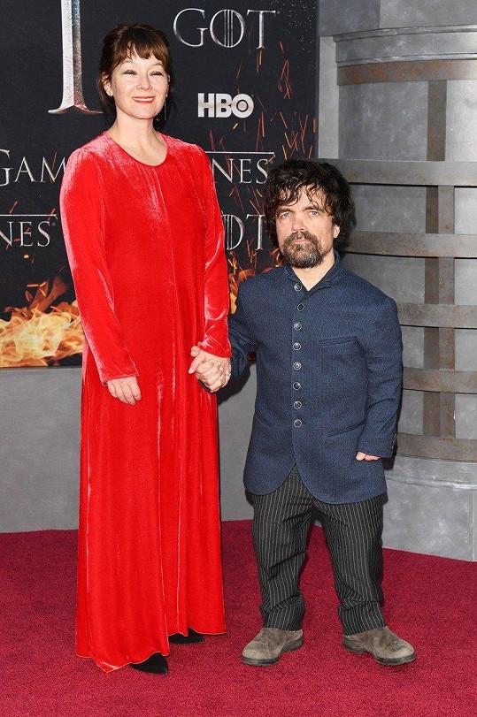 Nejmenší herec seriálu Peter Dinklage s manželkou Ericou Schmidt.