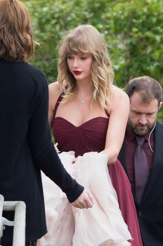 Veškerou pozornost od nevěsty, své kamarádky, stáhla k sobě.