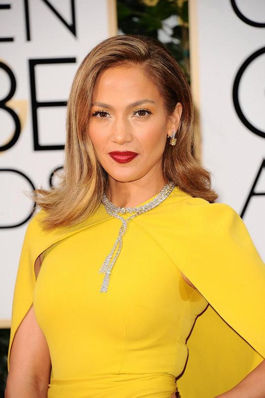 Jennifer Lopez bylo v poměrně cudné róbě horko...