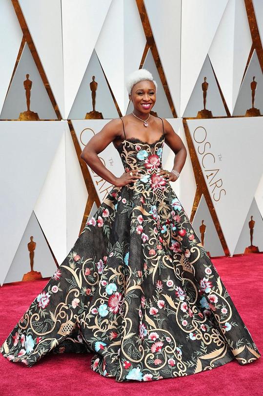 Herečka Cynthia Erivo ani tentokrát neměla šťastnou ruku při výběru šatů. Tento květinový model dámě jejího typu nesedl. S takto výrazným vlasovým stylingem by měla volit minimalismus.