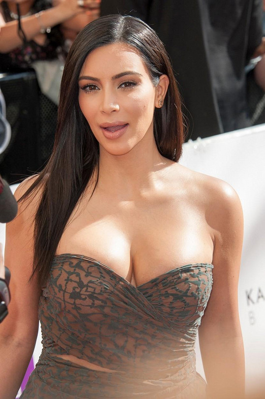 Kim vsadila na lehounké šaty.