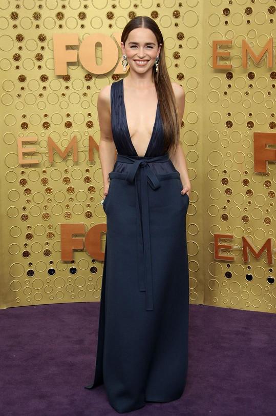 Šaty si herečka musela pořádně pohlídat, aby náhodou něco neypadlo.