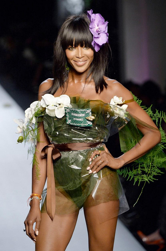 Naomi Campbell je na pařížském týdnu módy na roztrhání.
