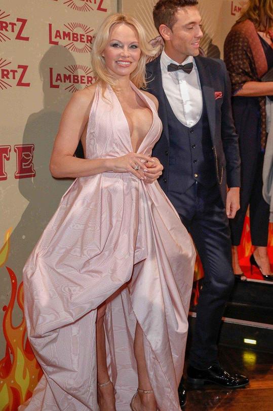 Na akci ji doprovodil tanečník Maxime Dereymez.