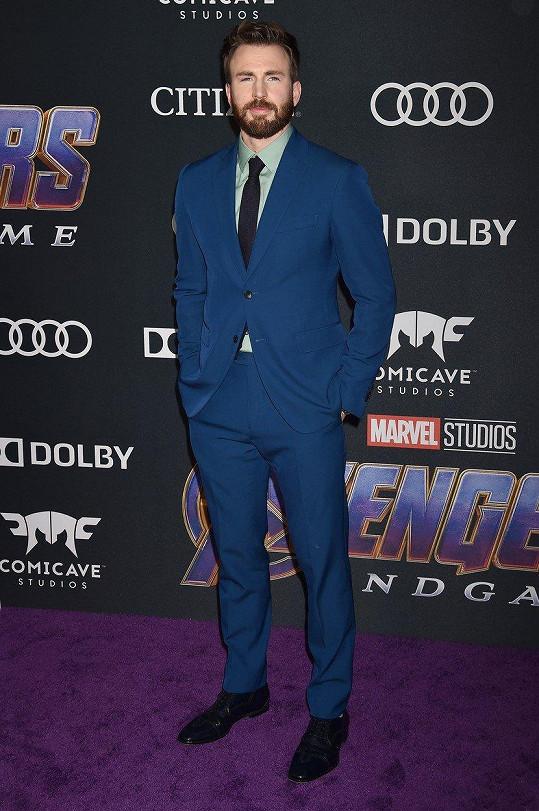Chris Evans přišel na premiéru bez doprovodu.