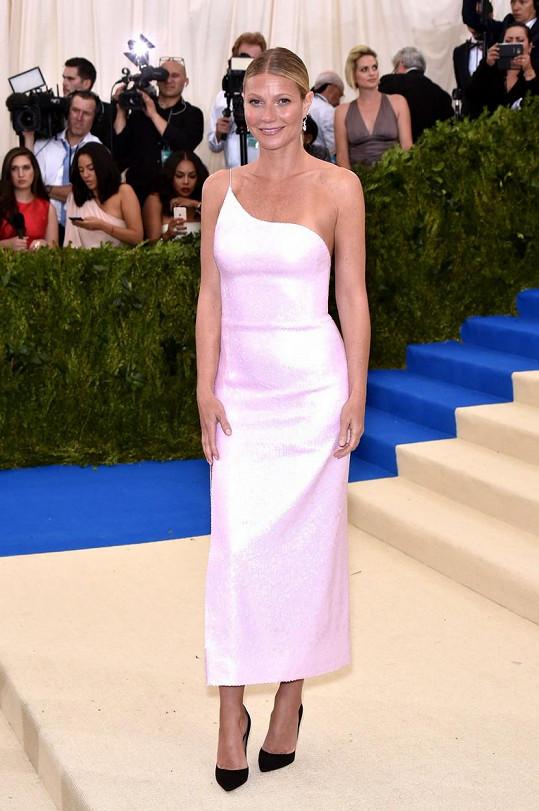 Kdo jiný by měl obléknout americkou esenci minimalismu než Gwyneth Paltrow. Na první pohled vás jistě zaujme lehce provokativní volba černých lodiček, ale vaše oči by měly sklouznout i na šperky Harry Winston v hodnotě téměř šedesáti miliónů dolarů.