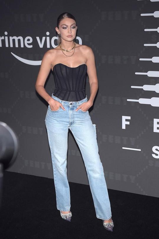 Gigi Hadid byla jednou z umírněnějších dam a ke korzetu zvolila džíny.