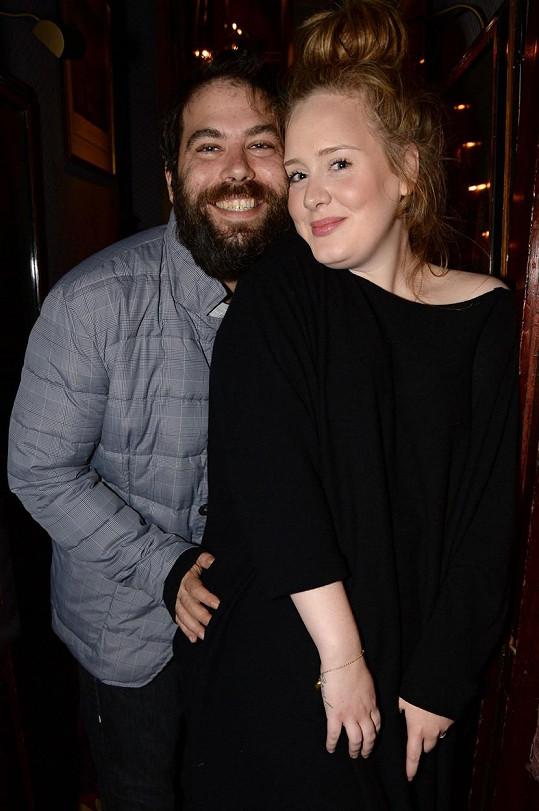 Loni v dubnu zpěvačka oznámila rozchod s manželem Simonem Koneckim, s nímž má syna Angela. Snímek z roku 2013