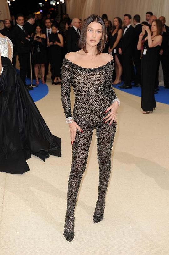Modelka Bella Hadid předvedla štíhlou figuru, když v roce 2017 oblékla na módní událost overal z dílny Alexandera Wanga, který jako by ani neměla na sobě.