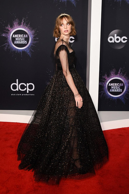 Maya Hawke na galavečeru American Music Awards předávala jednu z cen.