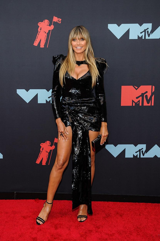 Heidi Klum se ani jako vdaná paní nehodlá oblékat fádně a nudně.