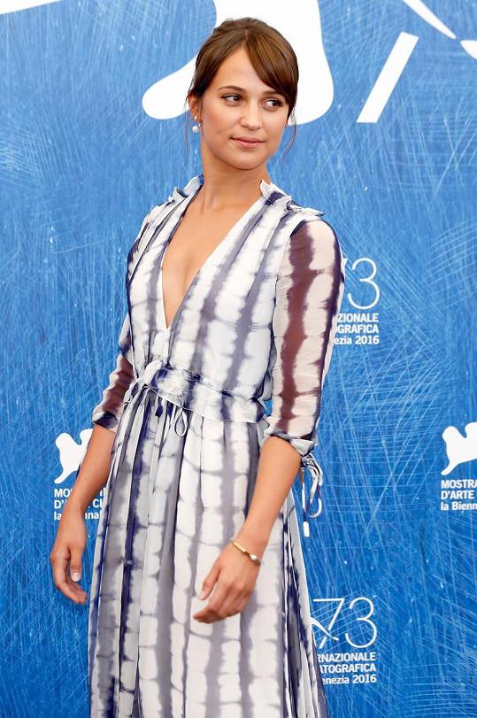 Švédská herečka známá z Dánské dívky v Itálii vsadila na výstřihy.