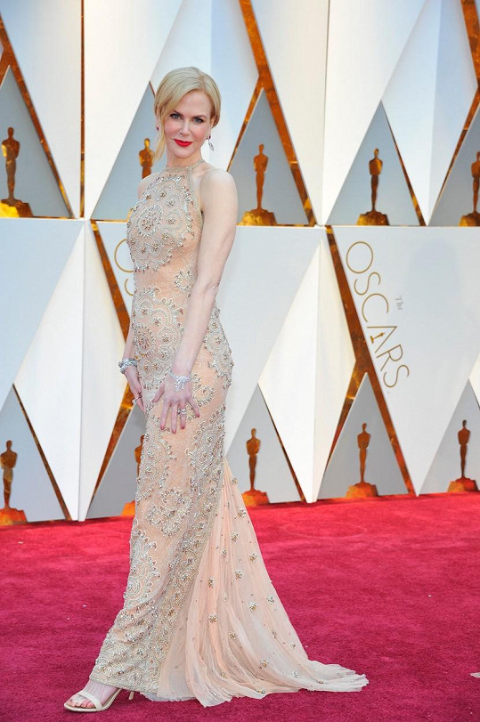 Hru na jemnost rozehrála Nicole Kidman v bledě meruňkové róbě Armani Privé s výšivkou se vzorem arabesky. Pro tento večer nazula střevíce Stuart Weitzman a ozdobila se šperky Harry Winston.