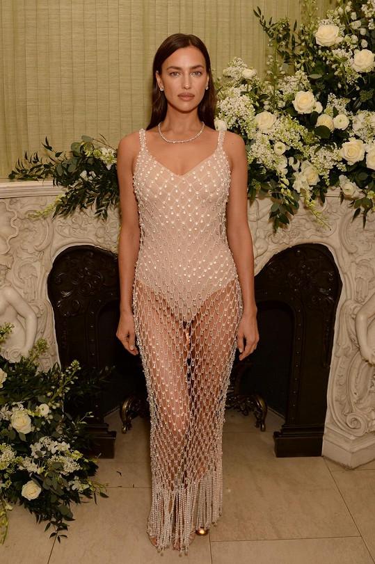 Irina Shayk se na after party BAFTA vyzbrojila odvážným modelem.