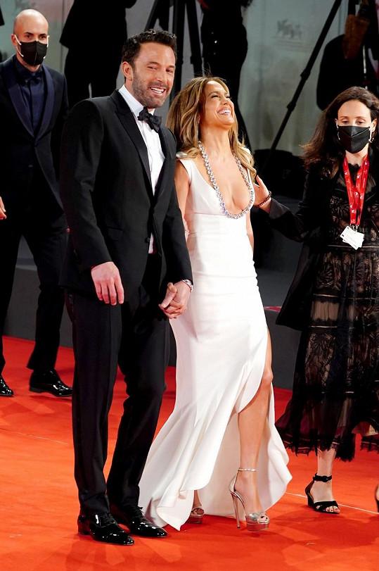 Jennifer Lopez se na první oficiální společné události náramně bavila.