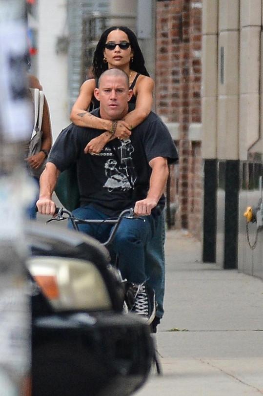 Spekulace o vztahu vznikly poté, co je vyfotili v New Yorku na kole.