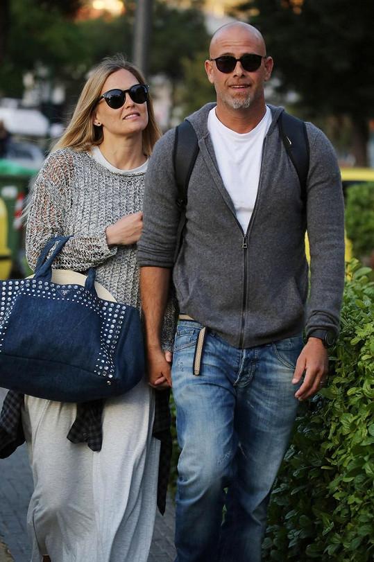 Charizmatický Adi Ezra s manželkou Bar Refaeli v Athénách