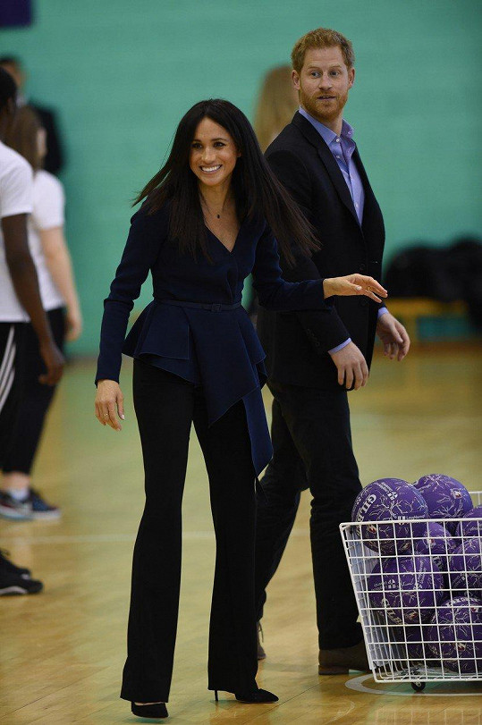 Na předávání Coach Core Awards na univerzitě v Loughborough si Meghan ve výrazně řešeném saku i zaházela míčem.