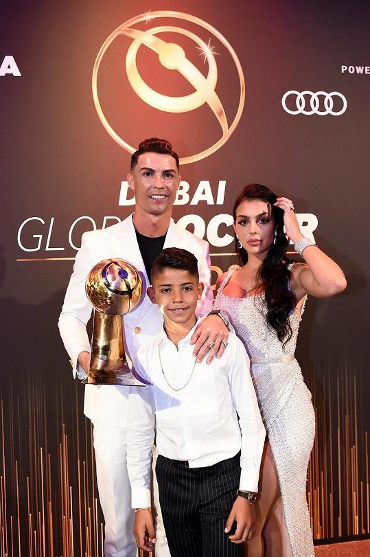 Cristiano Ronaldo si převzal další fotbalovou cenu. Na snímku se synem Cristianem a přítelkyní Georginou