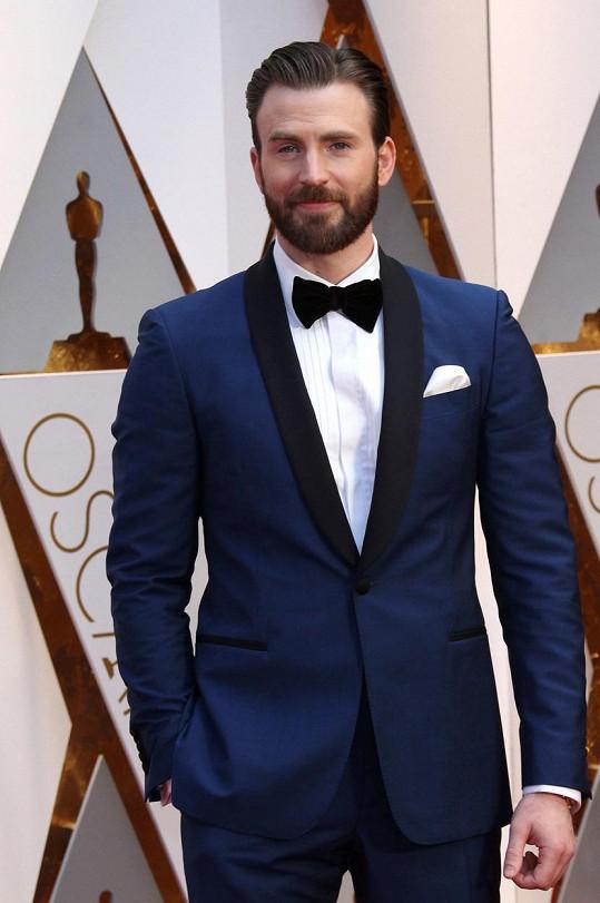 Chris Evans zvolil modrý oblek.