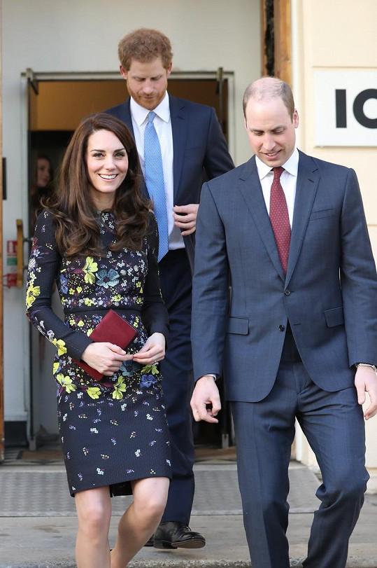 O co víc vlasů má vévodkyně, o to méně porostu na hlavě zbývá jejímu choti.