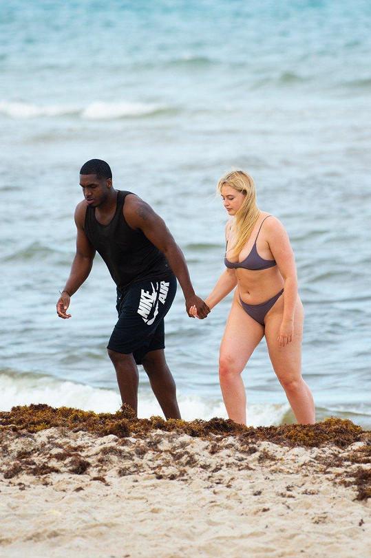 Iskra Lawrence s přítelem na pláži v Miami