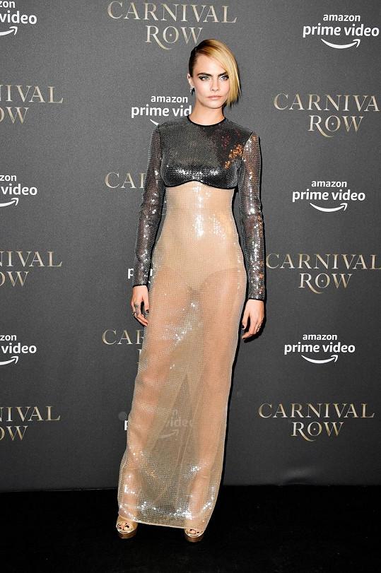 Cara dorazila na premiéru v průhledném modelu.