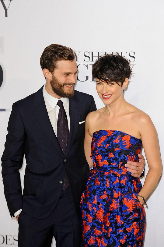Herec a jeho manželka mají důvod k úsměvu.
