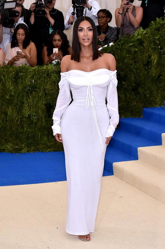 Sněhobílá róba Kim Kardashian se stahovacími detaily od Vivienne Westwood je natolik výrazná, že nepotřebuje šperky.