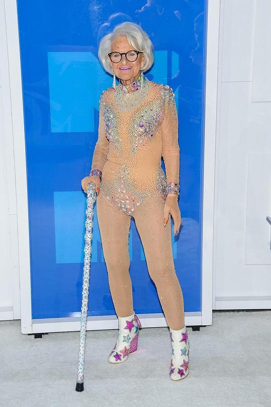 Baddie oblékla hanbatý outfit, s nímž sladila i hůl.